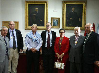 Hijos de los premiados, salvo Carreño Tato (izquierda), con el actual alcalde, Vázquez Almunia (centro) y su socio Manuel Vilar (derecha).