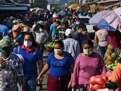 Habitantes de Tegucigalpa, Honduras circulan por un mercado local.