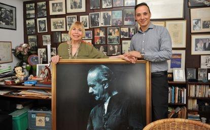 La viuda de Astor Piazzolla, Laura Escalada, y el nieto del músico, Daniel Villaflor Piazzolla, en la casa de la familia  en Buenos Aires.