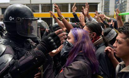 Un grupo de manifestantes se enfrenta a la policía en Quito.