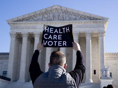 Defensores de la ley de sanidad de Barack Obama se manifiestan frente al Tribunal Supremo, en una imagen de archivo.