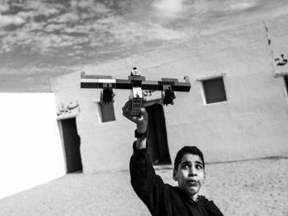 Un niño juega con un avión de juguete en uno de los centros para discapacitados de los campamentos saharauis.