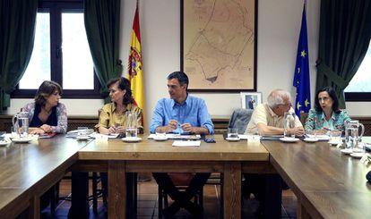 Reunión del presidente Pedro Sánchez, con los ministros Dolores Delgado, Carmen Calvo, Josep Borell y Margarita Robles.