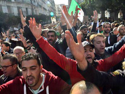 """Manifestantes reclaman """"un cambio de régimen"""" en Argelia, este viernes."""
