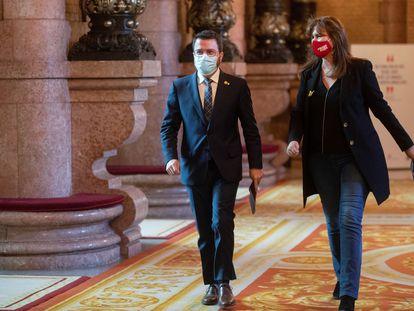 El president del Govern en funciones, Pere Aragonès, y la presidenta del Parlament, Laura Borràs, este jueves en la cámara.