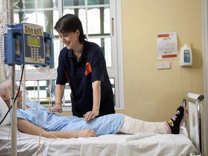 Voluntaria con niño enfermo de cáncer.