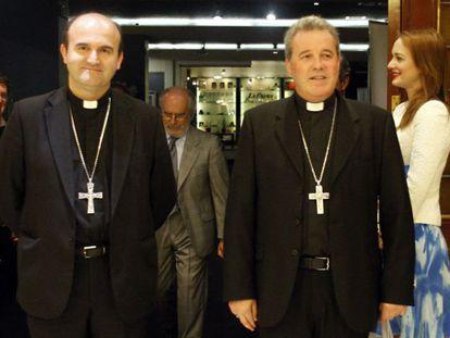 Los obispos de San Sebastián, José Ignacio Munilla (a la izquierda), y de Bilbao, Mario Iceta, poco antes de que el primero ofreciera una conferencia en la capital vizcaína.