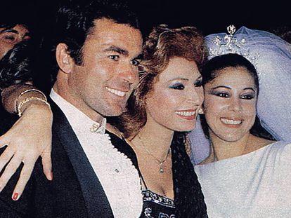 Isabel Pantoja el día de su boda con Francisco Rivera, Paquirri, junto a Rocío Jurado, en Sevilla, en 1983.