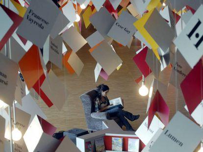 Una mujer lee en el pabellón catalán de la Feria del Libro de Francfort.