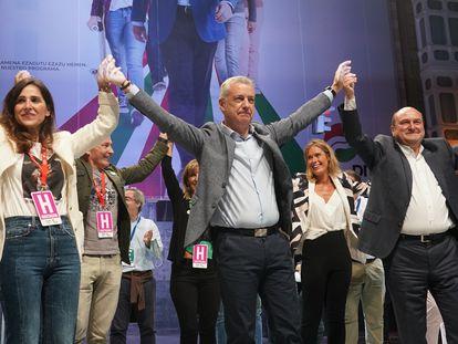 Bakartxo Tejeria, Iñigo Urkullu, Andoni Ortuzar y Leixuri Arrizabalaga Arruza celebran el triunfo del partido en la sede del partido en Bilbao.