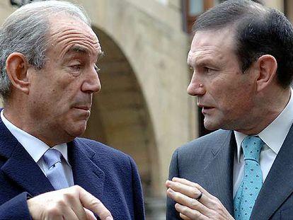 El ex presidente del Gobierno vasco Carlos Garaikoetxea conversa con el <i>lehendakari</i> Juan José Ibarretxe.