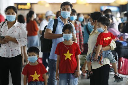 Pasajeros en el aeropuerto Non Bai de Hanoi.