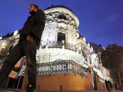 Un hombre pasa frente a la sede de la SGAE en Madrid.
