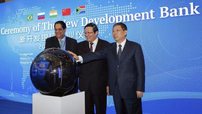 El presidente del NBD, Kundapur Vaman Kamath; el ministro de Finanzas chino, Lou Jiwei y el alcalde de Shanghái, Yang Xiong, este martes.