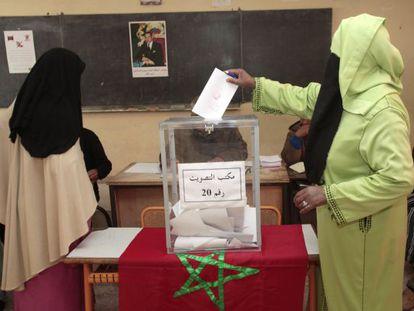 Dos mujeres con velo votan en Marrakech.