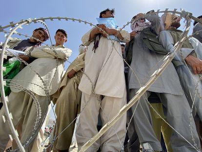 Un grupo de afganos, algunos de ellos extrabajadores de la OTAN, la Unión Europea y la ONU, esperan en las afueras del aeropuerto de Kabul para intentar abandonar el país.