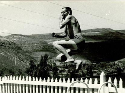 Miguel Delibes lanzándose al agua en la piscina de su casa de Sedano (Burgos). En torno a 1961.