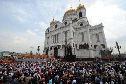 Miles de personas escuchan misa en Moscú.