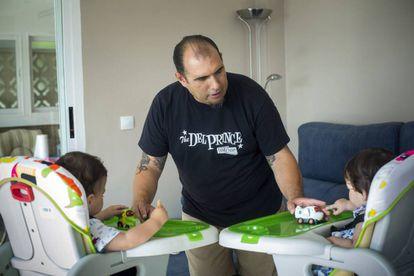 José Reboll, despedido por pedir una baja paternal, con sus mellizos de 18 meses.