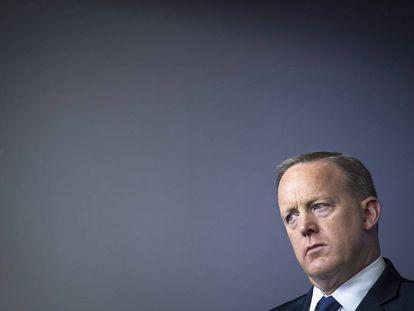Sean Spicer, secretario de  prensa de Donald Trump, el pasado 26 de abril, escuchando atentamente al director nacional de economía, Gary Cohn, y al secretario del Tesoro, Steven Mnuchin, hablar de cosas de mayores y rezando por que lo dejen todo claro, no vaya a ser que algún medio decida preguntarle algo a él luego.