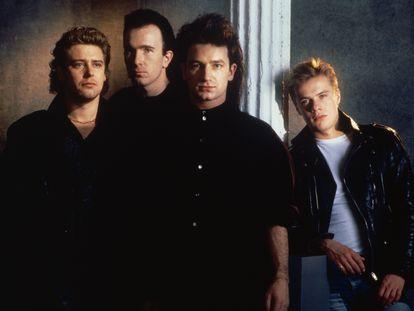 Adam Clayton, The Edge, Bono y Larry Mullen, Jr, o sea, U2, en un retrato en los inicios de su carrera.