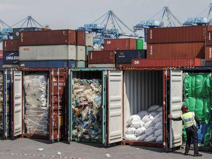 Varios contenedores repletos de residuos plásticos localizados por las autoridades de Malasia en el Puerto Klang, en Selangor, el pasado año.