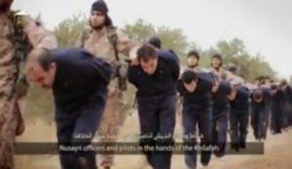 Fotografama del vídeo difundido este domingo por el Estado islámico que muestra a un grupo de soldados sirios capturados.