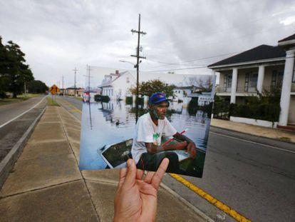Errol Morning, sentado en su barca, navega por una calle inundada en Nueva Orleans tras el paso del huracán Katrina, el 5 de septiembre de 2005.