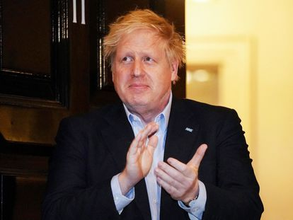 El primer ministro del Reino Unido, Boris Johnson, aplaude el pasado 2 de abril al personal sanitario en la puerta de Downing Street.