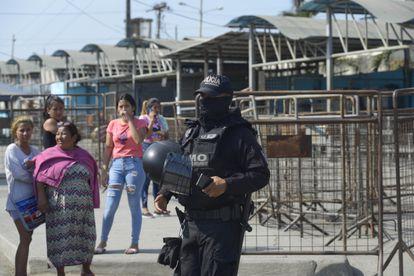 Familiares de presos buscan información en la entrada del Centro de Detención No. 1 luego del motín de Guayaquil.