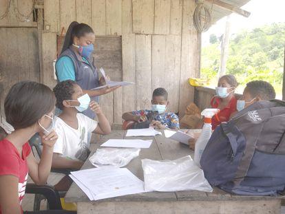 Carmen Valencia da clase en la parroquia de Mocole (Esmeraldas, Ecuador) a un grupo de alumnos que carece de dispositivos móviles para educarse.