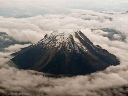 Vista aérea del volcán nevado de Tolima (centro) en abril de 2013.