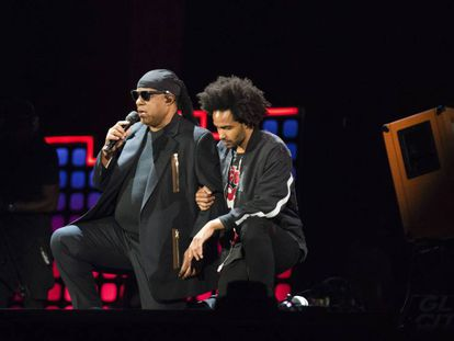 Stevie Wonder y su hijo, el sábado en un concierto en Nueva York.
