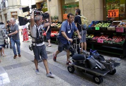Operarios transportan material de grabación por las calles de la Parte Vieja donostiarra.