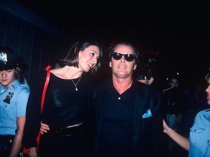 Jack Nicholson con su pareja de entonces, Anjelica Huston, y rodeados de dos mujeres policías en 1970.