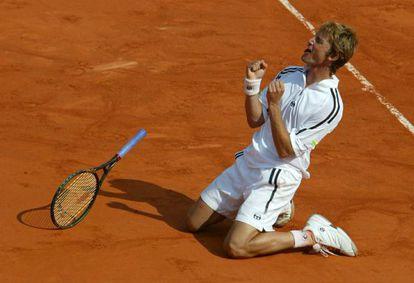 Juan Carlos Ferrero celebra la victoria ante el holandés Martin Verkerk en el Roland Garros de 2003