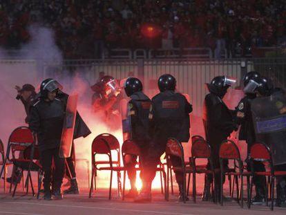 Policías en el estadio de Port Said al comenzar los disturbios que acabaron con 73 personas muertas.