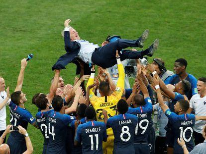 Los jugadores celebran con el entrenador Deschamps tras ganarle a Croacia en la final.