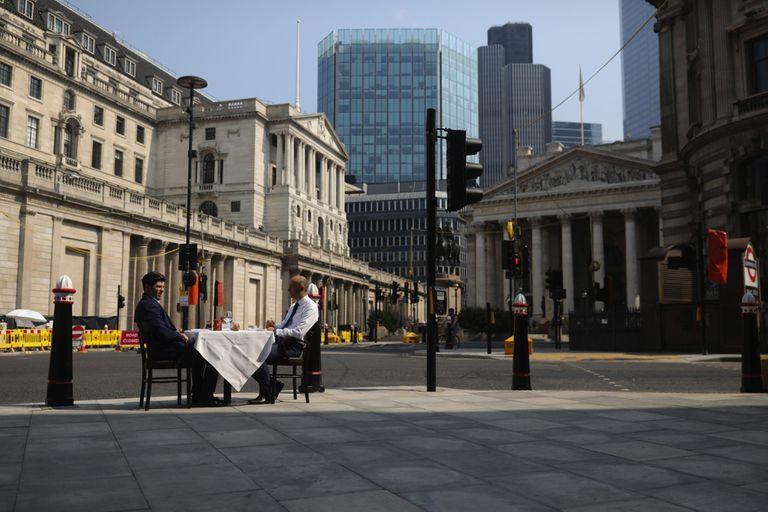Los restaurantes londinenses, emblema de su cosmopolitismo, han sacado sus mesas a las calles por el coronavirus.