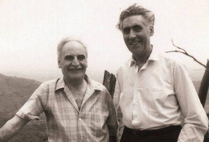 Ayala, a la izquierda, posa con Ricardo Gullón en Puerto Rico en la década de los cincuenta.
