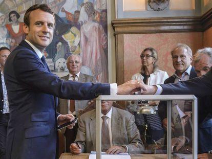 mmanuel Macron vota este domingo en Le Touquet, en el norte de Francia. Christophe Petit-Tesson AP