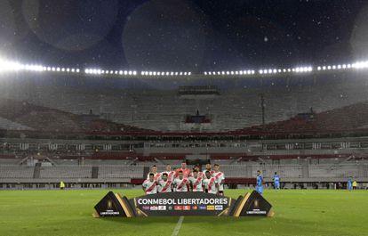 Los jugadores de River antes del partido ante Binacional de la Copa Libertadores, que se disputó el miércoles en el Monumental a puerta cerrada.