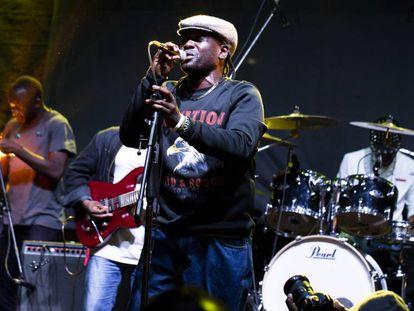 El músico keniano Awilo Mike, durante una de sus actuaciones.