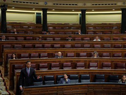 El presidente del Gobierno, Pedro Sánchez, abajo a la izquierda, durante su intervención en la sesión de control el pasado 29 de abril.