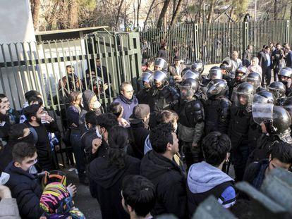 Represión de una protesta a las puertas de una universidad en Irán.