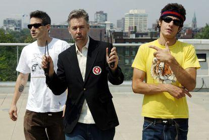 Adam Yauch, en el centro, con los otros dos componentes del grupo, en 2006.