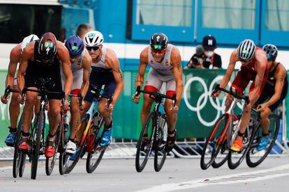 Mola y Gómez Noya, entre varios rivales en el tramo en bicicleta.