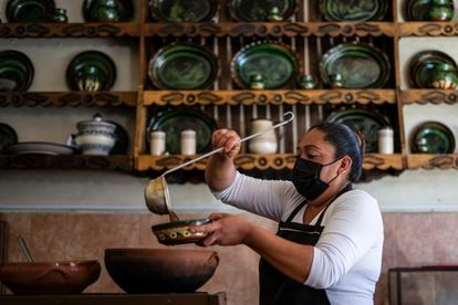 Una cocinera sirve un platillo en La casa de Blanca, en Tzintzuntzan (Michoacán).