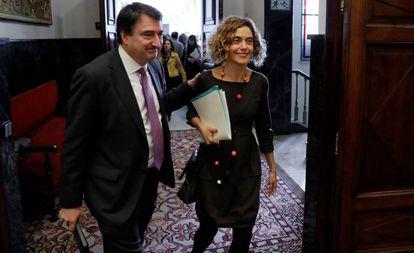 el portavoz parlamentario del PNV, Aitor Esteban, con la la diputada del PSOE, Meritxell Batet.