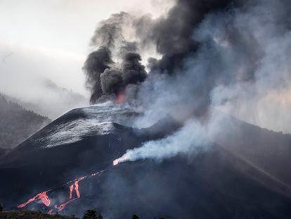 El volcán de Cumbre Vieja (La Palma) desde el mirador de Tajuya, en la tarde de este sábado.